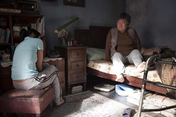 印傭緹緹絲照顧台籍婆婆,她們雖然日夜親密相處,卻同床異夢,甚至拉扯摩擦。