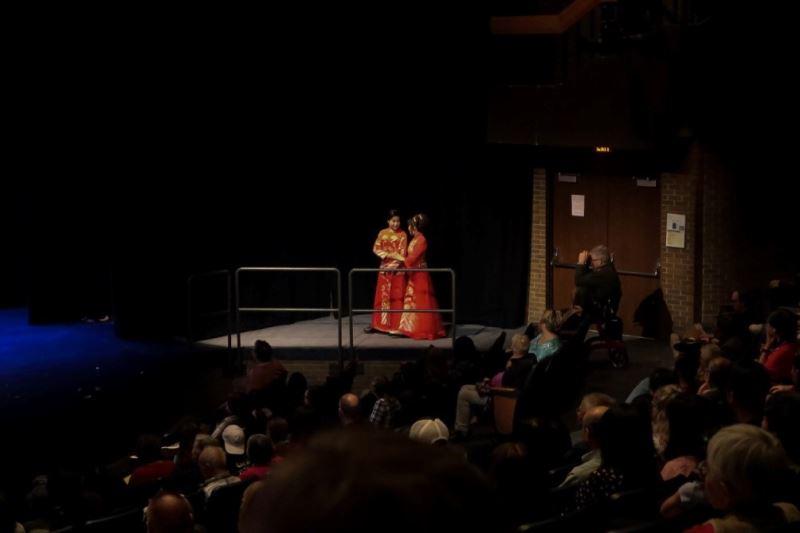 新郎、新娘由觀眾席進場,拉近與當地觀眾之間的距離。