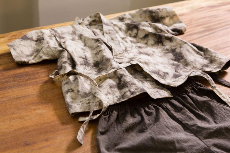 採用天然植物染料製成的各種衣飾配件,成為石門社區特色產品
