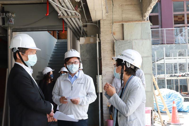 文化部長李永得(左)、立法委員劉櫂豪(中)訪視史前館康樂本館建築景觀再造與展示更新作業