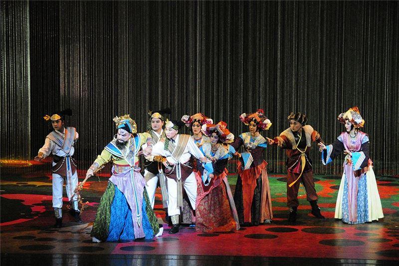 《花嫁巫娘》演出照片。(王海玲飾巫娘媚金、殷青群飾長老辛夷)(2010)