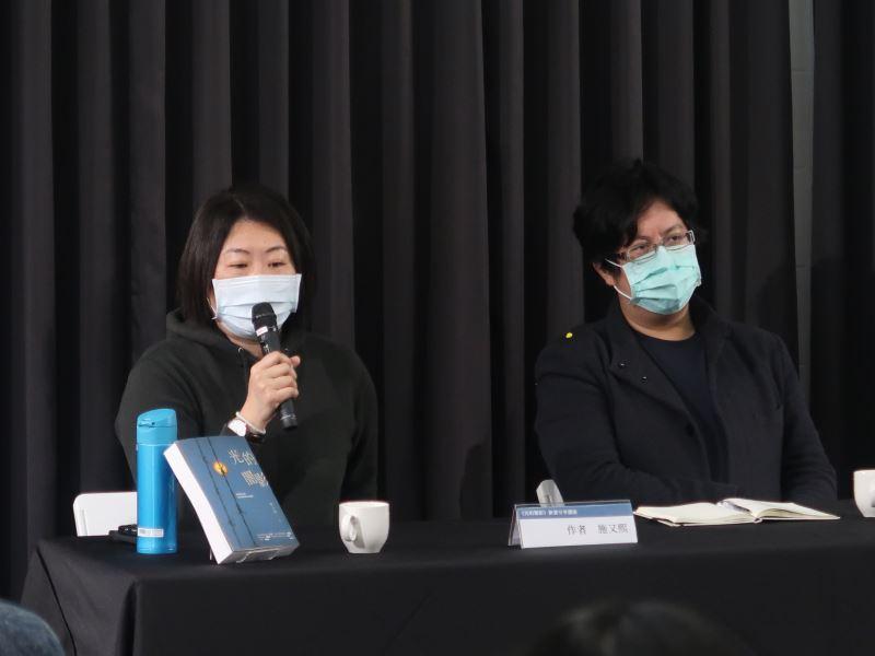1100123光的闇影新書分享講座#人權學習中心一樓-作者施又熙(左)分享