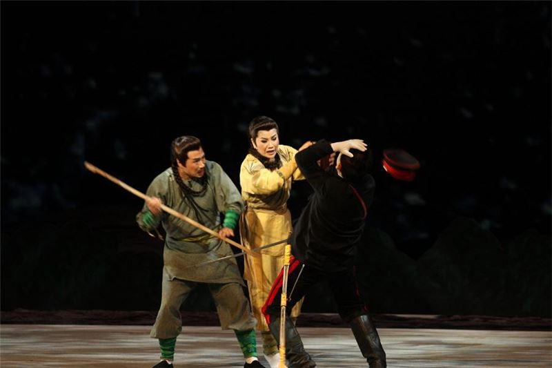 Stage play photograph of The Seal of 1895, Yang Taiping (played by Tang Meiyun) sacrifices her life to save Huang Huyin (Source: Wu Tong Culture Limited)