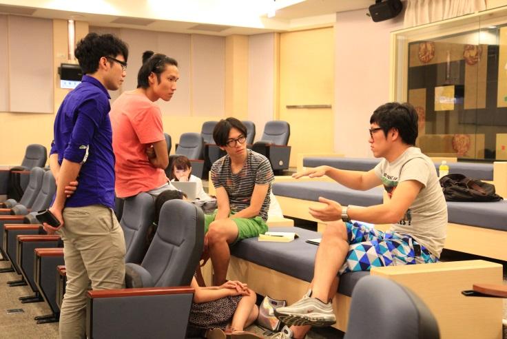 講師與各團隊深入討論設計企劃