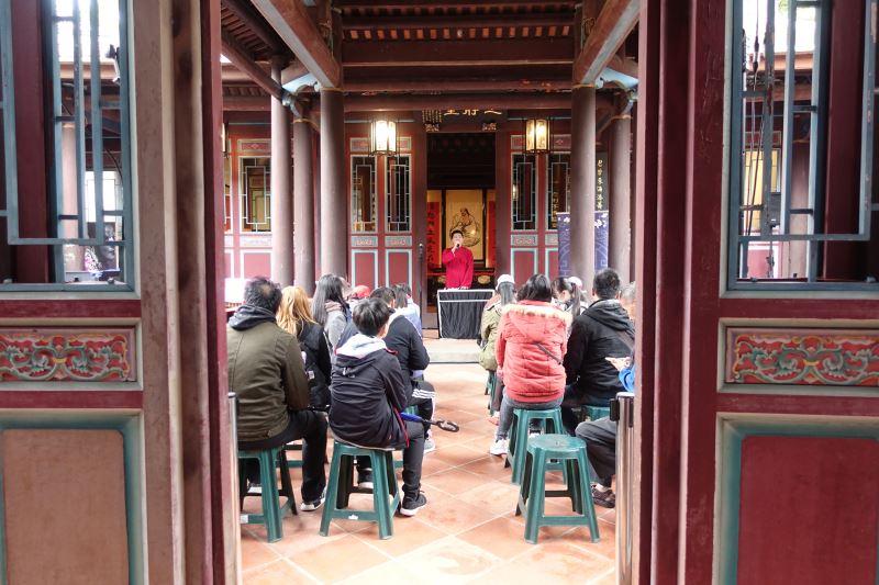 在古色古香的建築物中演出,感覺頗有茶館聽戲的感覺。