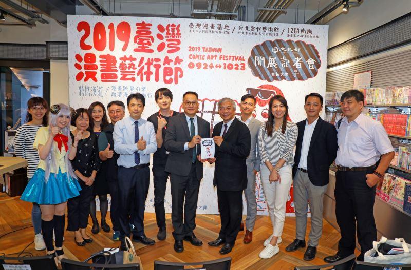 文化部政務次長彭俊亨、策展人羅禾淋與商旅代表合照