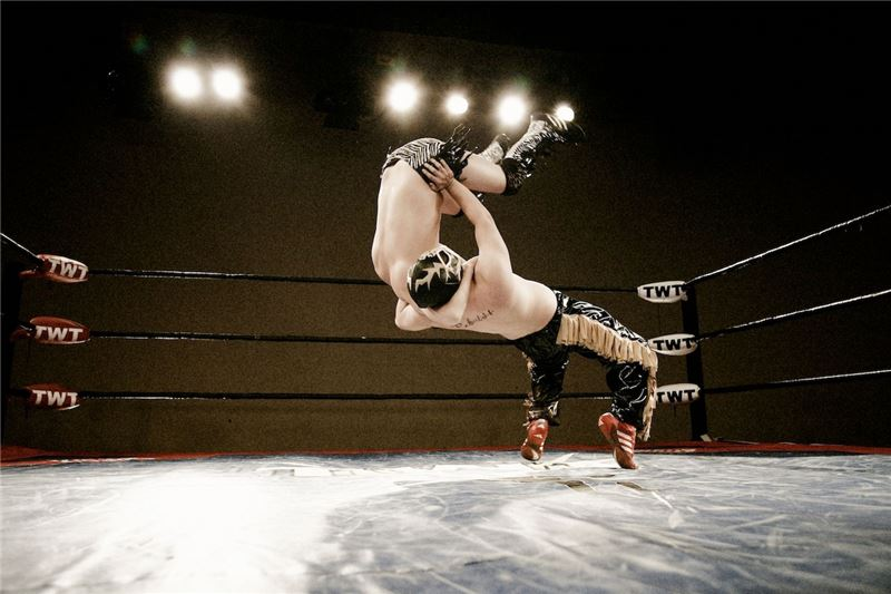 展示摔角選手毫不閃躲的正面交鋒,作為精彩舞台娛樂的浪漫。