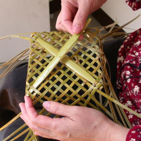 02取較厚的竹片插入底部加強底部的支撐