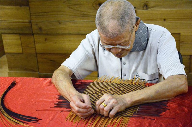 李榮烈老師現場示範籃胎漆器作品編作
