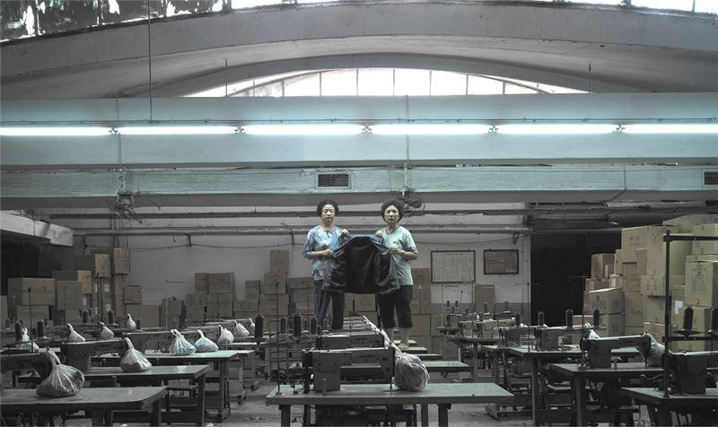 陳界仁〈加工廠〉2003 超16 mm 轉DVD、單頻道錄影裝置、彩色、無聲 31 分 9 秒