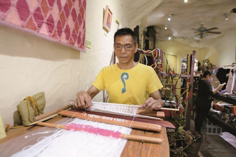 彭春林實際演示傳統編織方法。