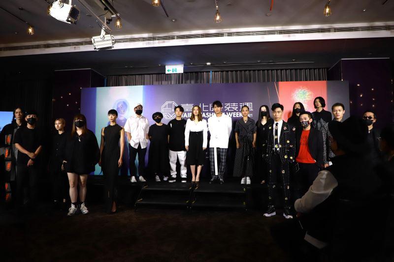 品牌秀設計師與服裝展示模特兒合影