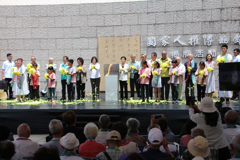 揭牌儀式尾聲與會各界分享象徵祝福和平的長春花