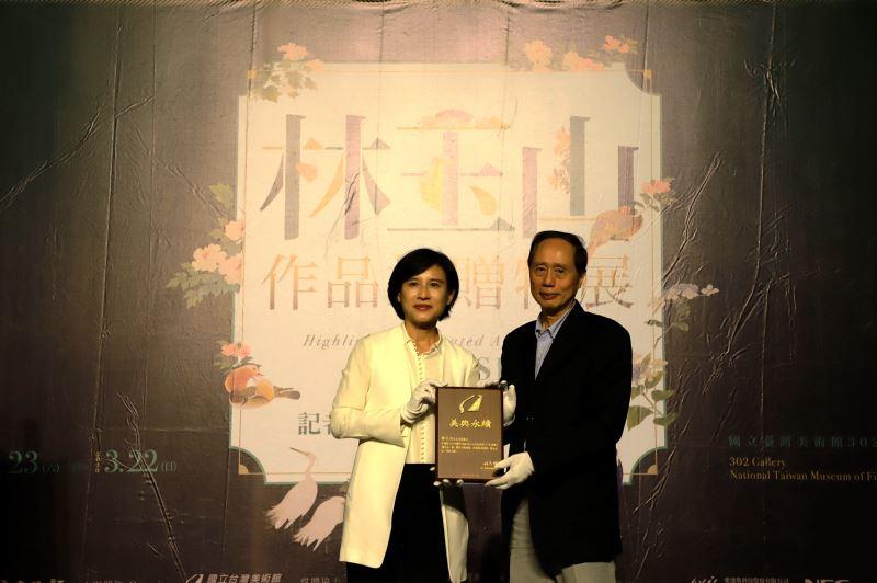 文化部長鄭麗君致贈感謝牌予捐贈家屬代表林柏亭先生