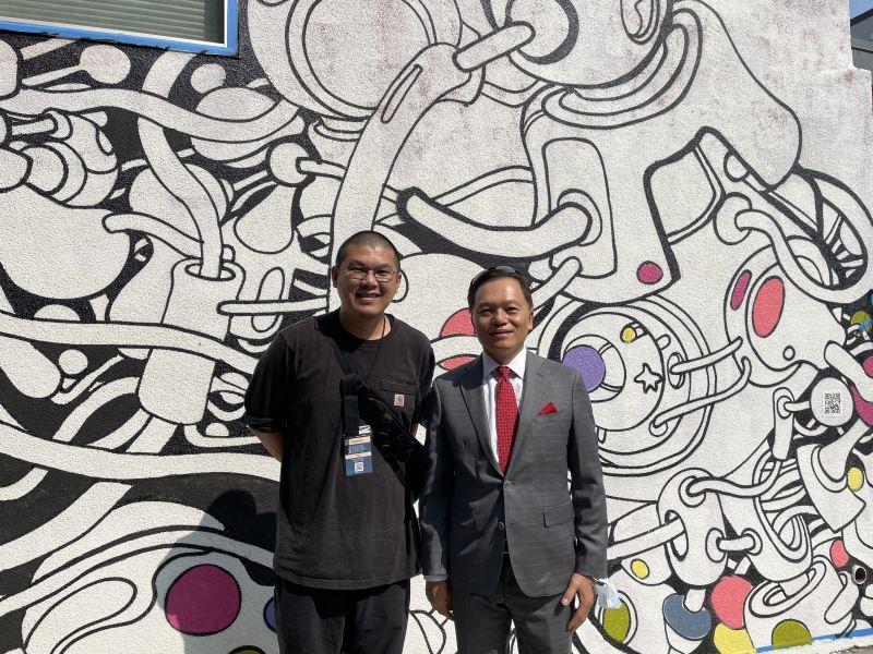 3-駐洛杉磯台北經濟文化辦事處林暉程副處長與台灣藝術家許唐瑋合影