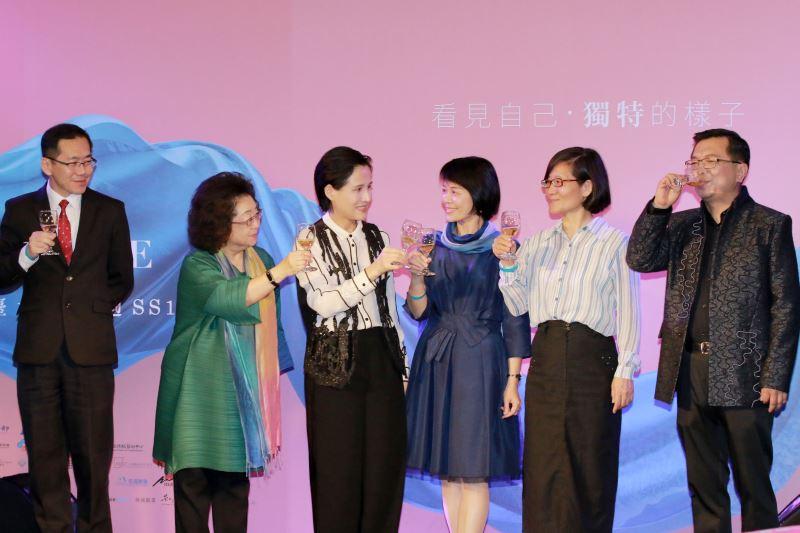 文化部長鄭麗君(左3)與聯合主辦單位共同舉杯為後續三天的「臺北時裝週」開啟最耀眼的序曲