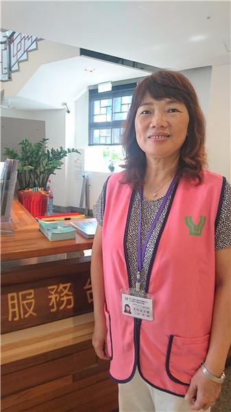 臺北分館服務台志工穿著粉紅色背心