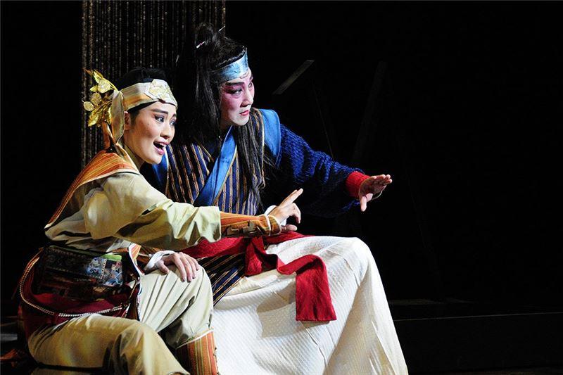 《花嫁巫娘》演出照片。(曹復永飾瞿言、劉建華飾五羊)(2010)