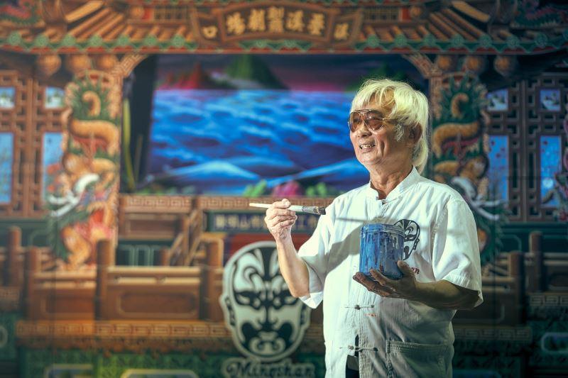 陳明山是臺灣唯一跨足布袋戲看板、醮壇布景、電影廣告的彩繪師。