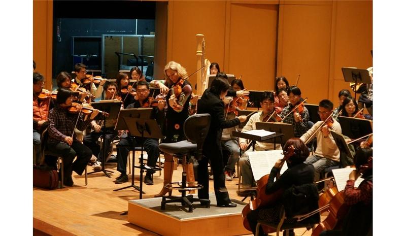 指揮張弦與中提琴家樊庫倫彩排