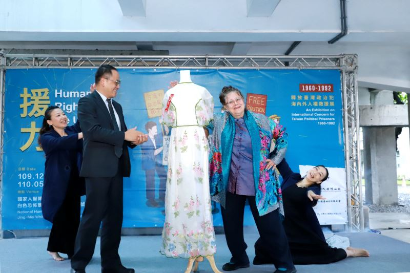 文化部次長彭俊亨(左)、人權救援者艾琳達(右)與當年結婚禮服
