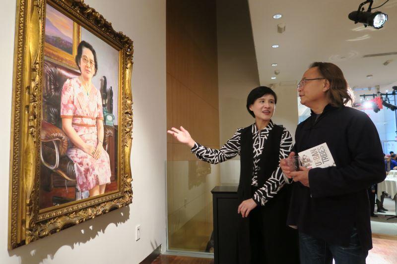 鄭麗君部長與順天美術館陳飛龍館長一起欣賞藝術家李梅樹的畫作