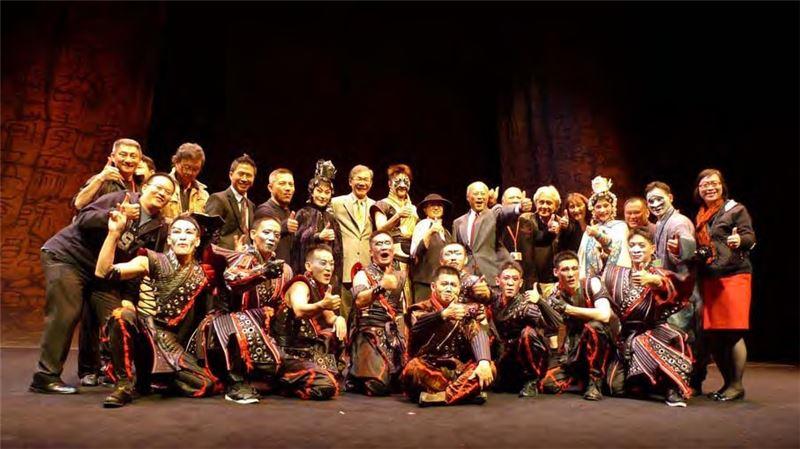 首演結束全體演工作人員及貴賓於舞台合影留念