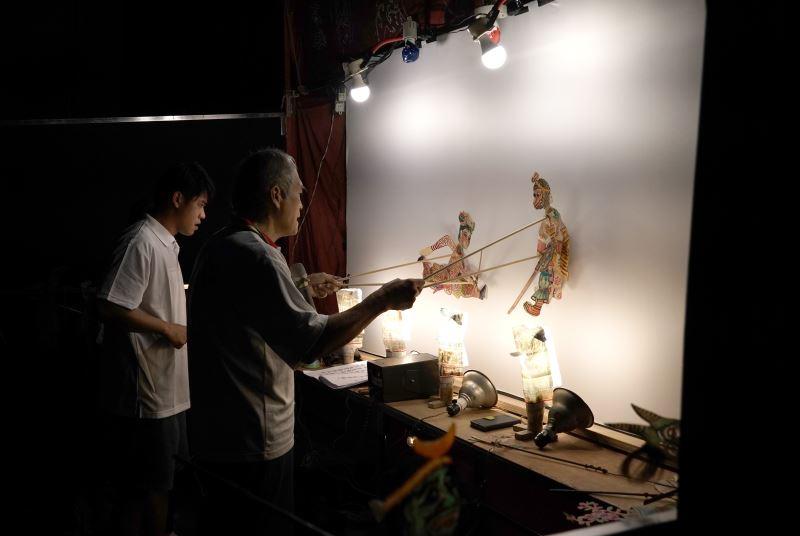 照片4(東華皮影戲團是臺灣現存皮影劇團中創團歷史最悠久的,該團最大特色在於歷代主演會因應時代的脈動做創新改良,拓展皮影戲演出空間。)