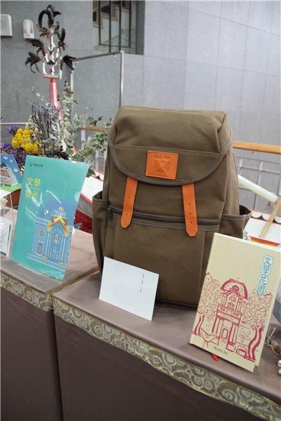 文學背包BACKPACK ●售價:新臺幣NT1960元 ●限量100個