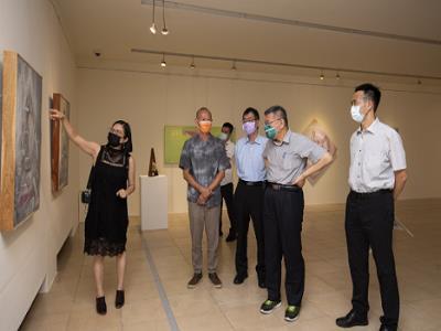 柯文哲市長聆聽策展人楊素敏小姐導覽作品。