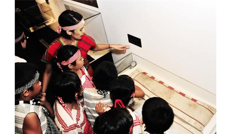 南澳部落國小學童參觀台博館典藏之珠衣