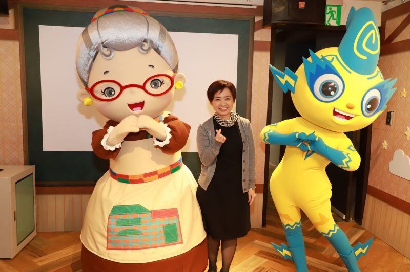 文化部人文及出版司陳瑩芳司長與水果奶奶(左)及《妖果小學堂》庫倫(右)