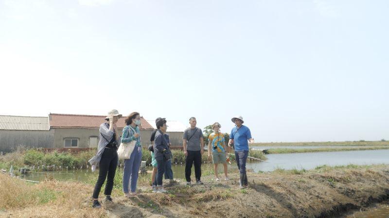 創作者與工作團隊們一同前往七股做田野調查