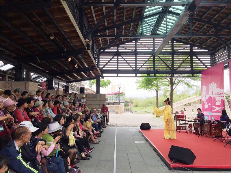 演員展現歌仔戲的優美唱段與身段,亦邀請民眾實際學習、體驗傳統戲曲基本的「腳步手路」。