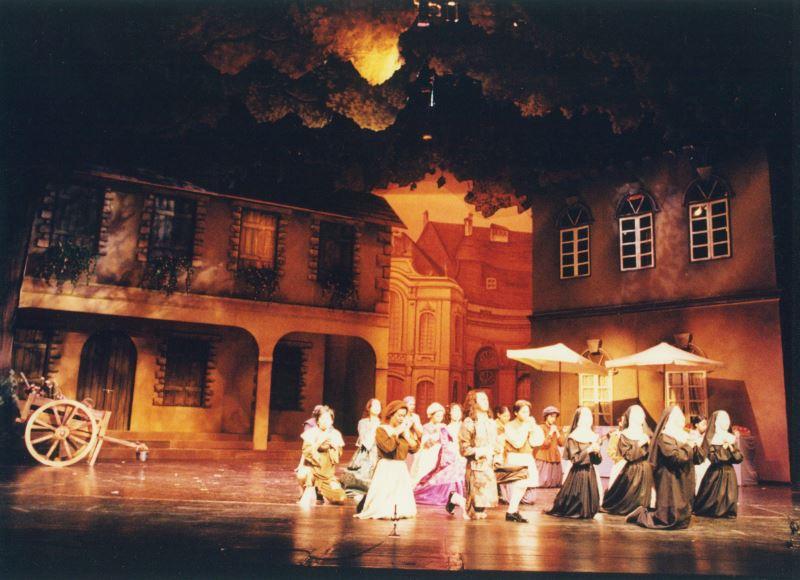 果陀劇場1995年推出的《大鼻子情聖西哈諾》,是王世信第一次挑戰大型表演的設計舞台。