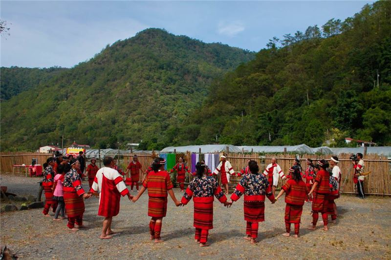 (Nan-feng Village) At the square of traditional tribal houses: an activity of the performance show and a tea party (2013)