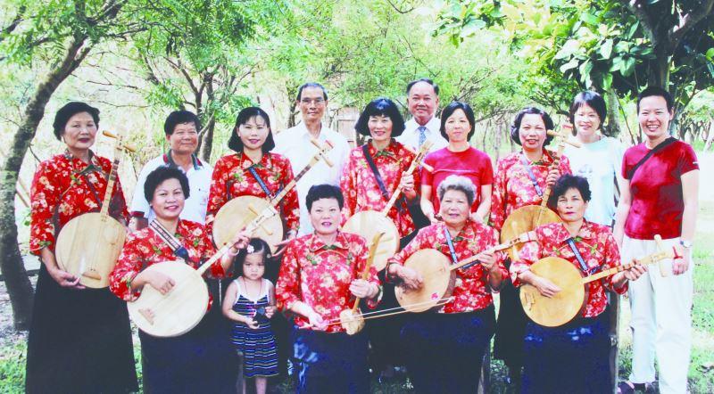 張日貴(前排右二)早年參與民謠演出的紀念照。