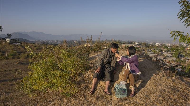 從農村種地、騎車載客到販送毒品,緬甸人不斷尋找生活出路,卻依舊擺脫不了窮苦。