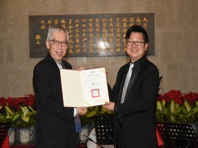 國父紀念館梁永斐館長頒贈感謝狀予銅樂工坊呂彥輝團長。