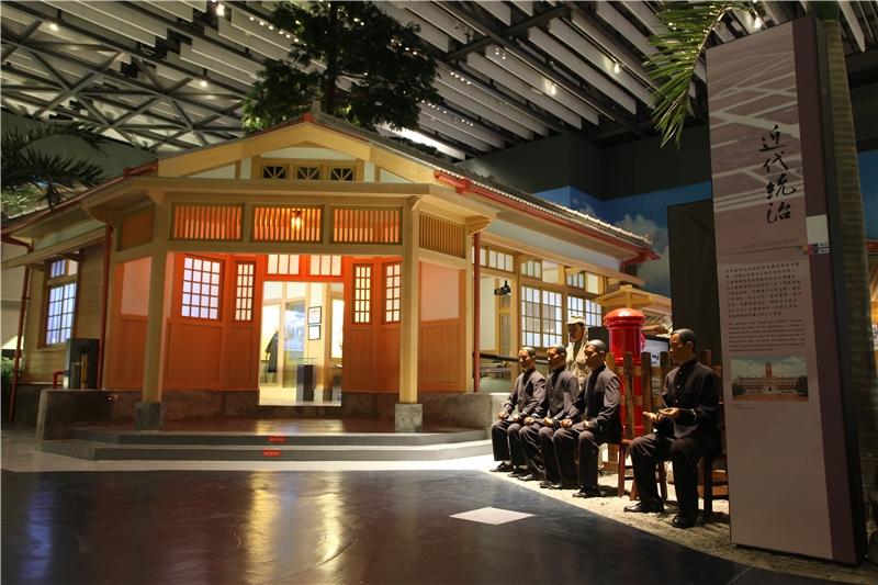 展區中首先映入眼簾的是一座代表警察威權的派出所,象徵著日本在臺灣以總督府為首,透過警察保甲、教化系統等,建立起的無所不管的殖民政府。