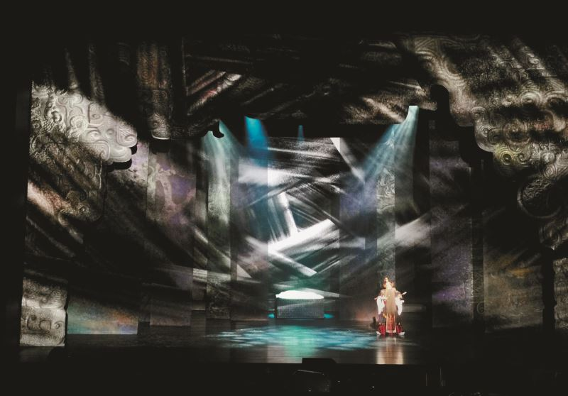 房國彥為臺灣京崑劇團《良將與惡魔:雙面吳起》所做的舞台設計,將東方意象式的戲劇美展現得淋漓盡致。