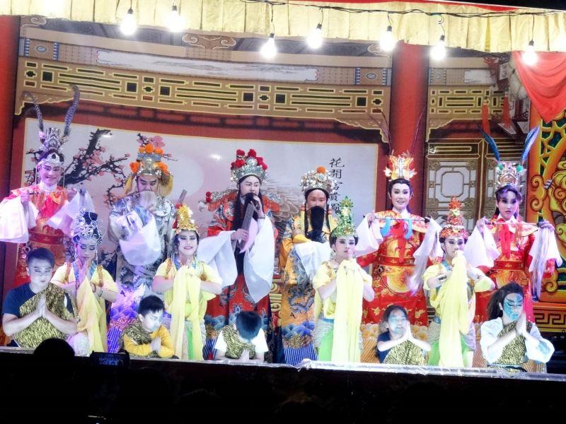 郭春美(後排右二)難得在扮仙戲中扮演喜神。