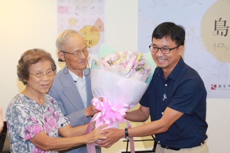 陳俊宏館長於工作坊尾聲親自送花向前輩周賢農夫婦致意