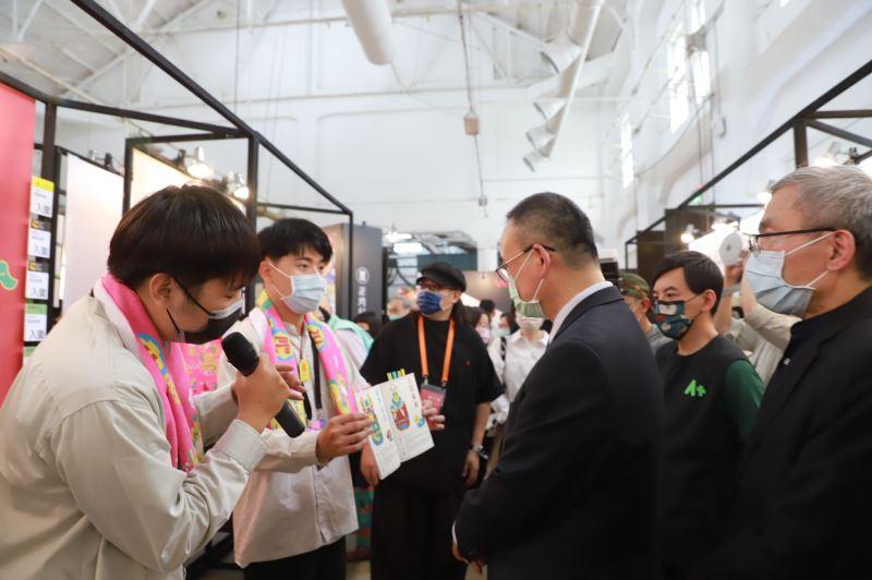 文化部政務次長蕭宗煌(中)參觀展場,聆聽參展同學作品介紹