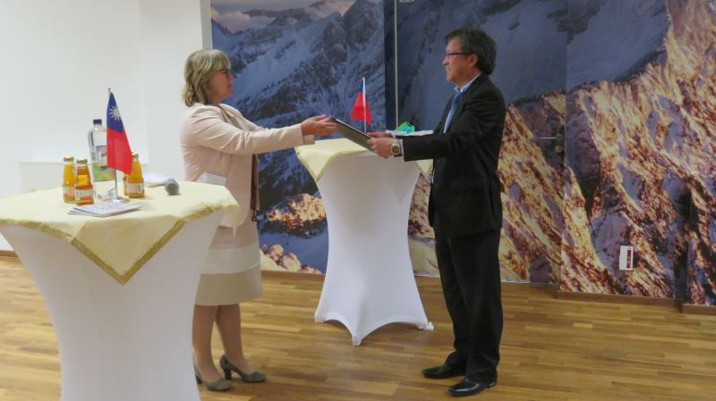 執行長卡明斯基(左)頒發得獎證書予人權館,由大使謝志偉代表接受。