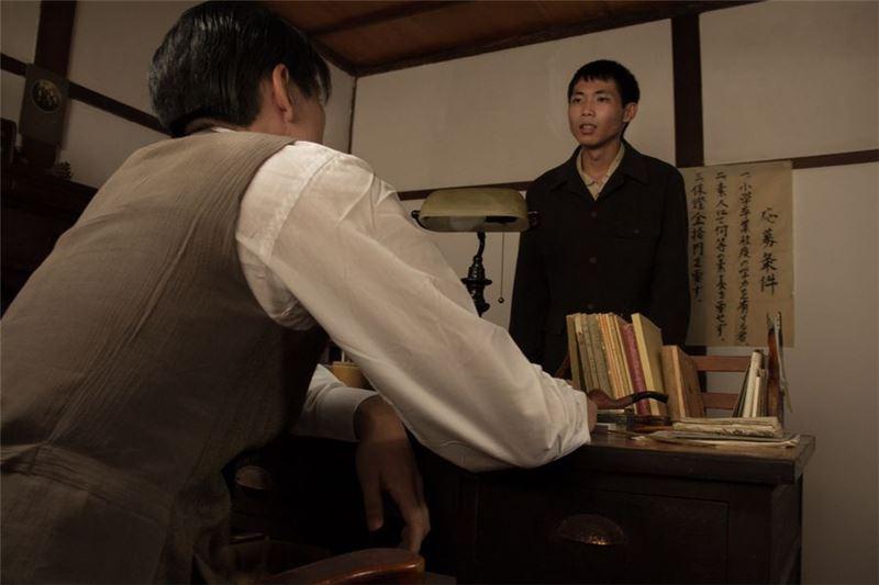 閱讀條款第三條寫道要繳10圓保證金,楊君身上僅剩6圓,老闆稱看他可憐通融他工作,日後跟著田中先生送報。