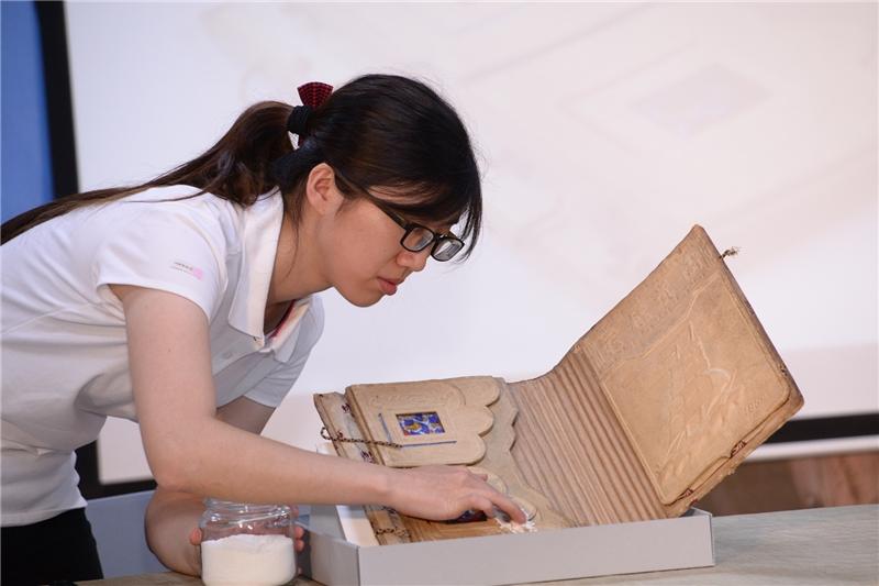 文物藏情記者會示範文物乾式清潔