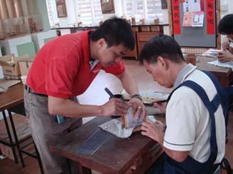 竹雕工藝基礎班-老師指導學員竹雕技巧