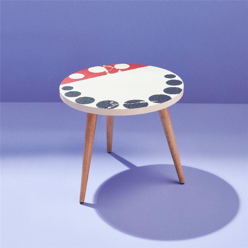 旋轉的調色盤邊几 $3,700 將畫作三種原色和幾何圖形,搖身成為有趣的調色盤,巧妙融合圓形桌面。搭配簡約的桌腳設計,在簡單的形式裡,予人虛實相映的強烈印象。