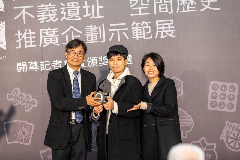 人權館館長陳俊宏頒發「首爾奬」,右起為得獎創作者劉思慧、施懿容